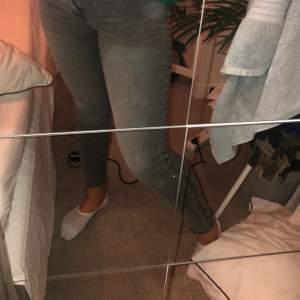 Coola gråa jeans med nitar på sidorna. Bra skick. Frakt tillkommer
