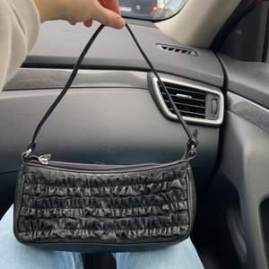 Svart shoulder bag med ett dragkedjefack och ett mindre fack utan dragkedja, superfin men säljer då jag redan har för många svarta liknande väskor.