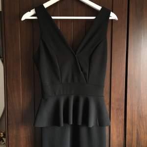 Fin cocktailklänning i svart. Stilren, endast burit enstaka gånger.