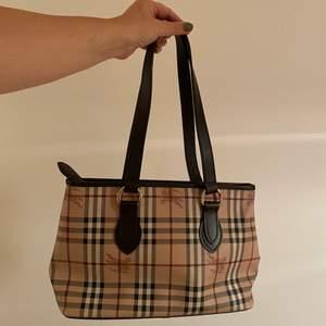 Super snygg burberry väska köpt på NK rean, aldrig använd! Topp skick och en snygg klassisk väska❣️