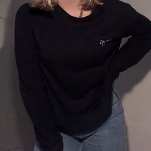 En marinblå sweatshirt från Pull&bear i storlek S. Rätt så använd men inget som syns förutom att mudden på armarna är lite slitna. Fram ingår inte