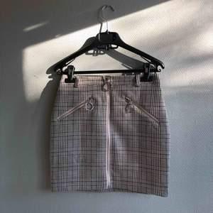 Helt sprillans ny kjol från Tigermist! Aldrig använd då den var för liten. Helt nyskick. Sitter tight på med stretch.