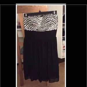 En klänning som är väl passande till antingen balen eller studenten eller andra festliga ändamål.
