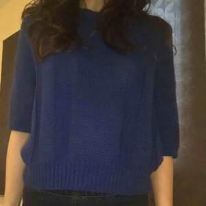 Mörkblå royal blå stickad tröja