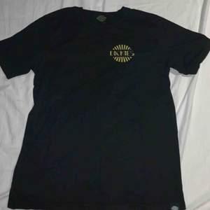 En helt vanlig dickes t-shirt med ett dickies märke på vänstra sidan av bröstet och ett likadant märke på ryggen. Är använd men är i hyfsat bra skick. Köparen står för frakt