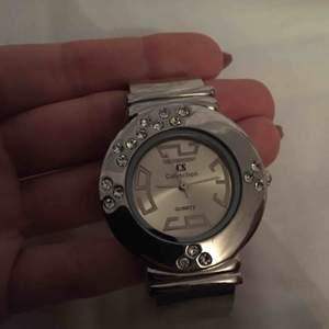 En oanvänd klocka som aldrig kommit till användning. Den har legat orörd under många år. Superfin och unik klocka, enligt mig.  Bud är välkommet! 🌸  •Köparen står för frakt!