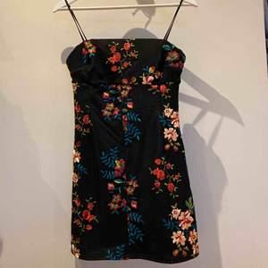 Klänning från Pins and needles (urban outfitters), superfint broderat blommönster 🥰 Möts upp i gbg eller fraktar mot fraktkostnad (25 kr) :)