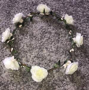 En krans med vita blommor