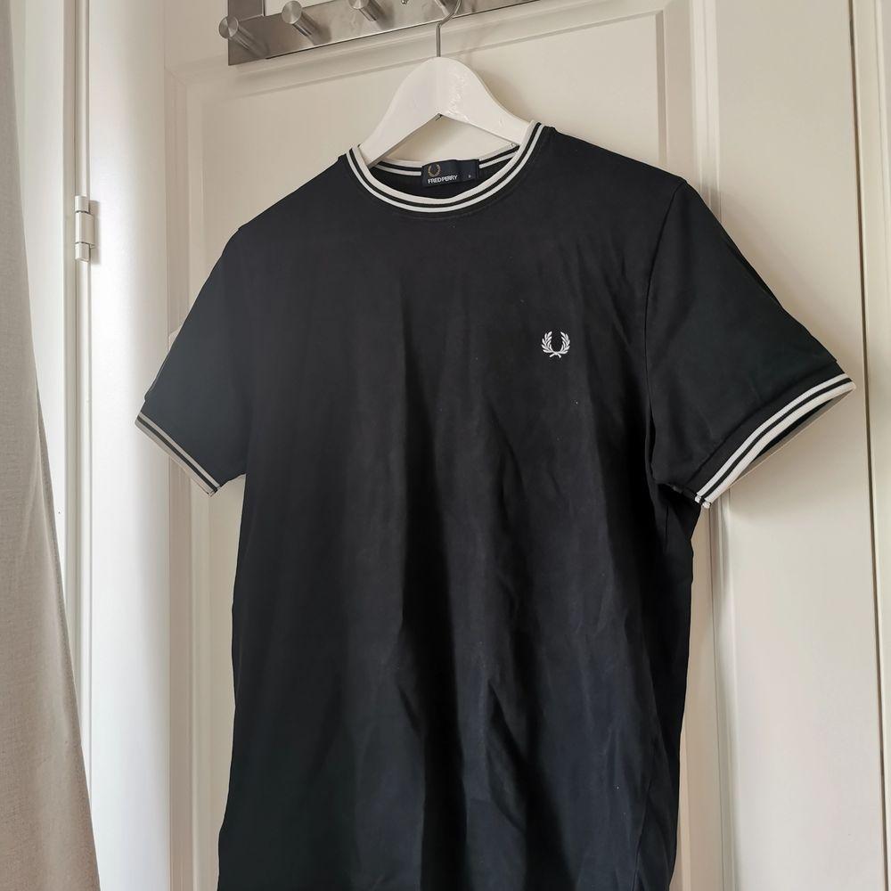 Köpt i Berlin förra sommaren. Knappt använd, bra kvalité och fortfarande i fräscht skick. Dock ett litet hål på magen, syns knappt. Nypris 550kr säljer för 150kr . T-shirts.