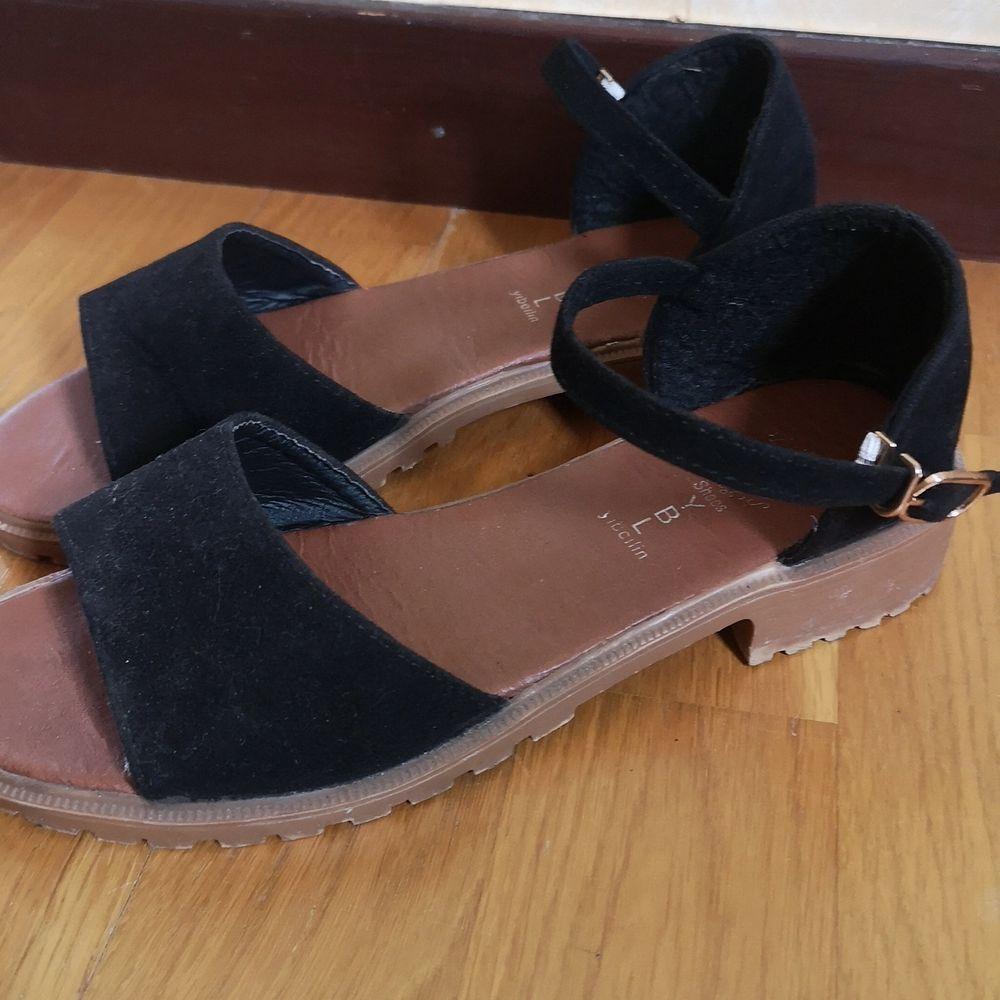 Ett par skor som jag köpt från en asiatiskt sida som heter Yesstyle. Skorna sitter perfekt på mig, storlek 36. Använd 3 gånger. Sjukt smidig strap! . Skor.