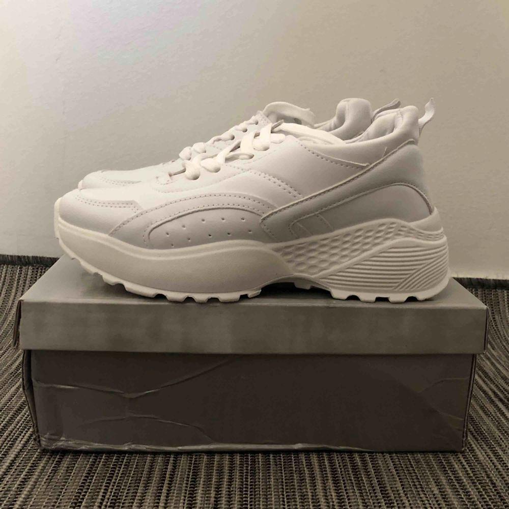 HELT NYA! Otroligt fina höga vita skor i storlek 37 (4), cirka 5,5 höga. Säljer de pga att de är lite för höga än vad jag hade förväntat mig. Kontakta för fler bilder eller frågor! Frakt förekommer.  . Skor.