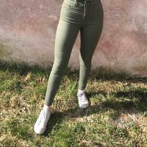 Gröna byxor från bikbok i storlek XS. Endast testade på bilden och är i helt nyskick. Säljer för 80kr plus frakt!