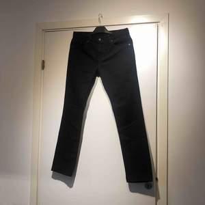 Svarta Levis jeans i modell 511. W30L30. Ny skick, aldrig använda. Modellen är för män. Min pojkvän köpte jeansen i New York för cirka 2 år sen, han har inte rört de sen dess så nu letar de efter en ny ägare.