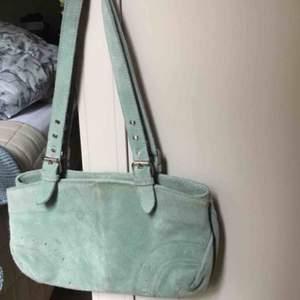UNIK mocka shoulderbag i fint men använt skick!🤍🤍🤍 köpt vintage - så finns inte att hitta liknande⚡️⚡️
