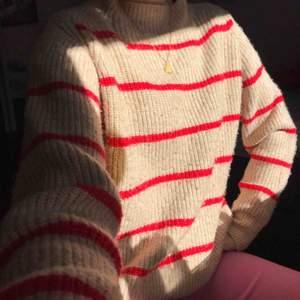 Super snygg beige tjocktröja från MANGO med röda sträck. Materialet är tjockt och jätte skönt. Jag har storlek XS/S i vanliga fall så skulle säga att alla som har dem storlekarna passar i denna tröja med! 🌸