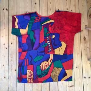 Min mest fantastiska Picasso söker nytt hem! Funkar som kort klänning, eller större tröja, i fantastiskt lent tyg. I t-shirt-modell. Köpt vintage och i superb skick.