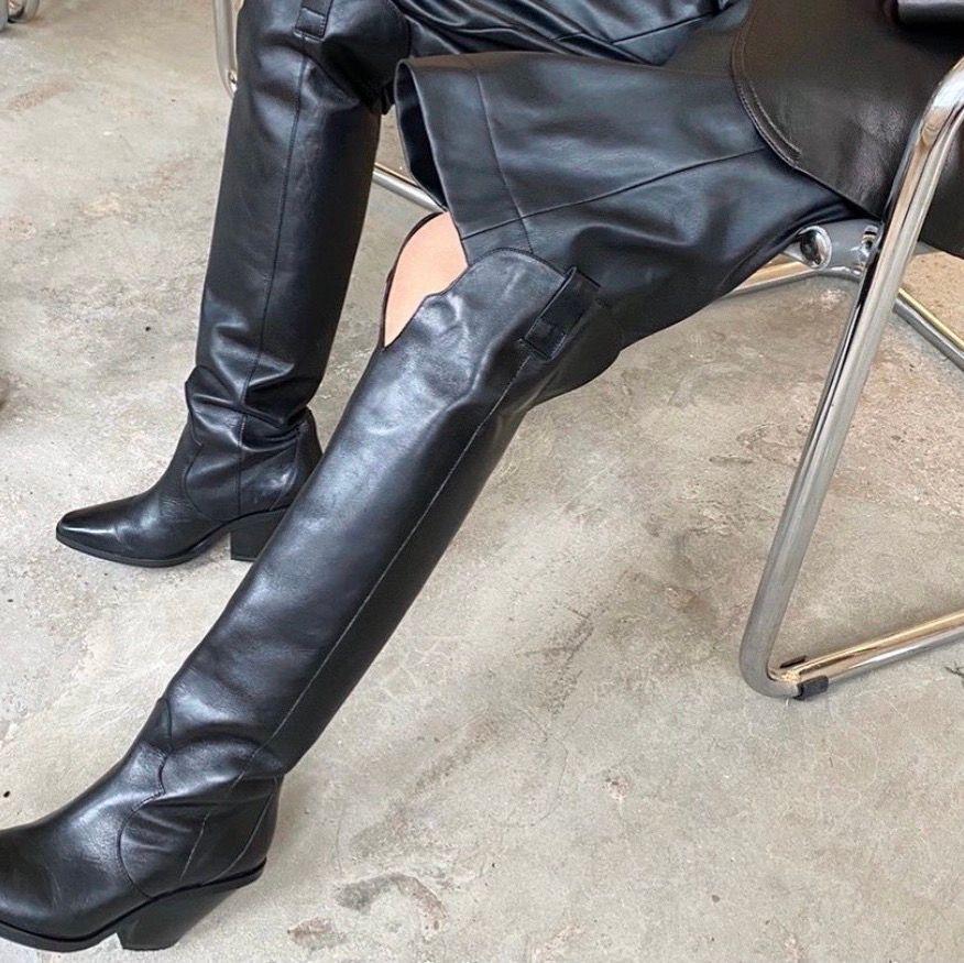 Säljer mina älskade höga boots från &OtherStories stl 37. 100% äkta skin , 8cm hög klack. Omklackade och sparsamt använda! Nypris 2450kr - säljer mina för 1199kr ✨. Skor.