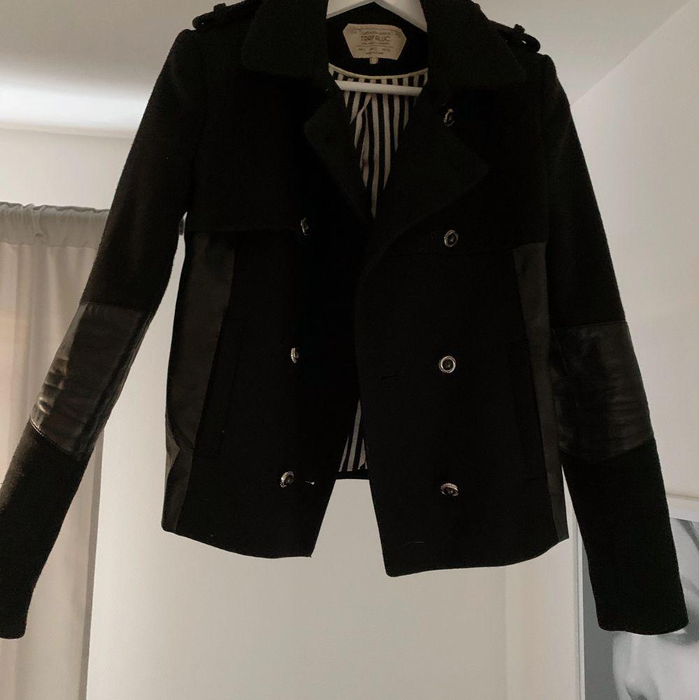 Jacka från Zara, strl S, sparsamt använd så i gott skick. Knapparna är utbytta till mer klassiska. • Kan mötas upp i Lund • Eventuell frakt betalas av köpare. Jackor.