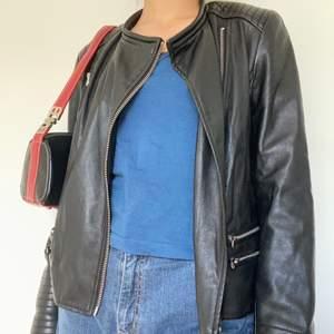 otroligt snygg skinnjacka från zara! passar så snyggt med en axelväska eller baguettebag o jeans! tror ej att det är äkta läder, men är lite osäker. i hyfsat bra skick, passar storlek s skulle jag nog säga, men beroende på hur den ska passa så kan den nog passa fler storlekar!