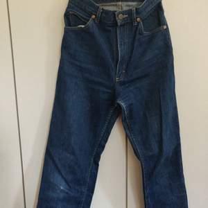 Snygga vintage jeans från beyond retro. Litet hål på knät annars perfekt skick. Hög midjade. Långa på mig som är 175. Frakt ingår i pris. Betalning sker via Swish.