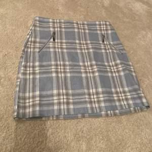Babyblå kort kjol från ASOS, aldrig använd. Tight i modellen, liten i modellen. Snarare strl 36 (S).