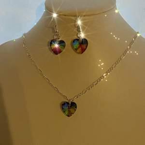 Smycke det som är äkta silver pläterad och har även dessa fina kristall hjärtan och på andra sidan är det fjärilar❤️ endast 129 kr och fri frakt, dessa smycken rostar inte så man kan ha dem i vatten!!🌸🌸🥰