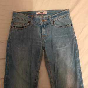 lågmidjade ljusblå jeans som tyvärr är alldeles för långa i benen för mig. jättefin färg och i fint skick. dragkedjan fungerar dock ej, därav det billiga priset! frakt tillkommer🌸
