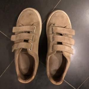 Säljer dessa snygga skor från Sandro Paris som passar till allt. Dem är lite slitna på mockan men annars i bra skick. Jag har både kvitto och dustbag. Köpte dem för 2000kr.