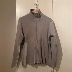 En grå tjocktröja med dragkedja från Filippa K i storlek S! Bra skick & frakt ingår som vanligt🦸🏼♂️🖤🙌🏼