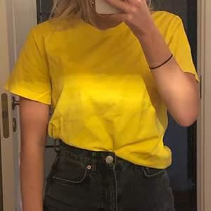 Säljer min gula t-shirt som använts max 5 gånger. Köpt från Carlings, storlek XS. 50kr