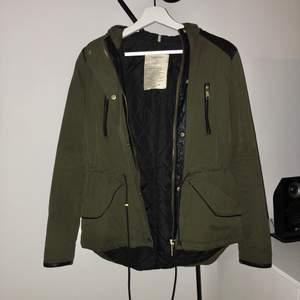 Säljer nu min sjukt snygga jacka från Zara. Den är mörkgrön/brungrön och har snygga gulddetaljer samt detaljer i fuskläder. Den är fodrad så perfekt för höst/vår. Använd men i bra skick! Frakt tillkommer!