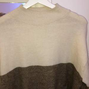 En vanlig, mysig och varm tröja från H&m med delade färger i beige och brun aktigt toner. Nästan aldrig använd, så som nyskick! Frakt tillkommer💕