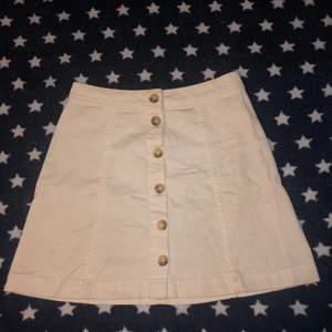 Säljer denna kjol då den aldrig har kommit till användning. Väldigt söt kjol från h&m, knappt använd, väldigt bekväm att ha på sig.