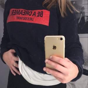 En mörkblå sweatshirt med rött tryck på bröstet, säljer pga att den inte kommer till användning. Trycket är lite sprucket men det är inget man tänker på💕💕