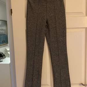 Glittriga kostym byxor från zara. Aldrig använda, väldigt bra skick. Passar perfekt till nyår. Fraktkostnad tillkommer