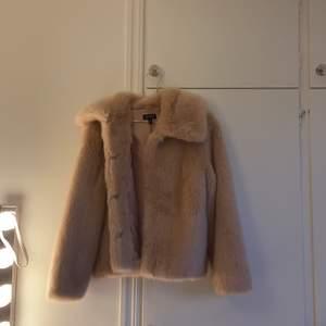 Snygg gamelrosa pälsjacka i storlek 38, nyskick. 150kr + köparen står för frakt✨