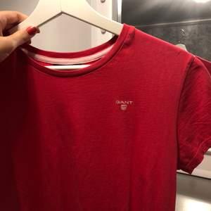 Jättefin gant T-shirt, använd kanske 2 gånger!😍 säljes för blivit för liten, frakten är inräknad i priset!