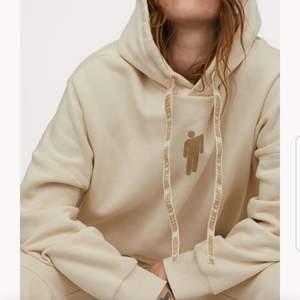 har denna Billie eilish tröja som bara använts någon gång, den är slutsåld och går ej o köpa längre, den ska vara oversized men ja har klippt den så den är som.en vanlig hoodie typ, bilder kan skickas