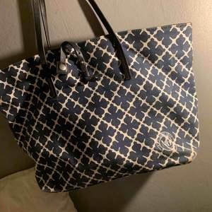 Säljer min Marlene Birger väska som är mellan storleken i mörkblå. Köptes på Raglady i Göteborg. Den är o fint skick men har lite smuts runt botten som går bort i tvätten. Priset går att diskutera.