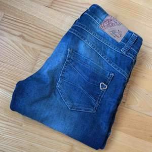 Please Vintage Glam jeans i bra skick Storlek: XS / X Small Model: P82DBQ2B  Kan skickas mot frakt!