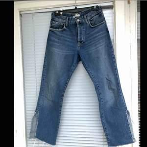 Oanvända mom jeans från Zara i strl: 36 säljes.