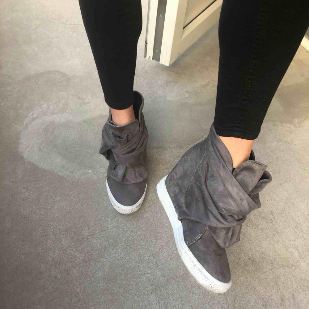 Snyggaste skorna ever(!!) säljes pga för mkt skor. Strl 40, men små i storleken så passar 39. Gråa med knyte framtill, Isabel-marant liknande fast enligt mig mer unika & fräscha🌸 klackhöjd ca 5cm (inbyggd). Perfekt till hösten! . Skor.
