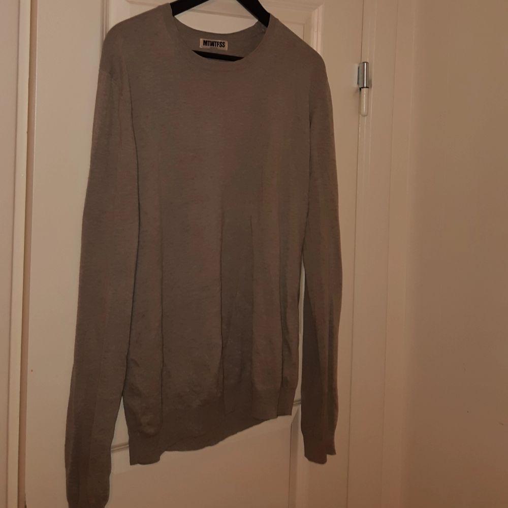 Tunn grå tröja från Weekday!. Tröjor & Koftor.