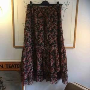 FRI FRAKT! Vintage långkjol med volanger. Har en underkjol och är då inte genomskinlig. Sista bilden ger färgen rättvisa. Alltid mängdrabatt vid flerköp!