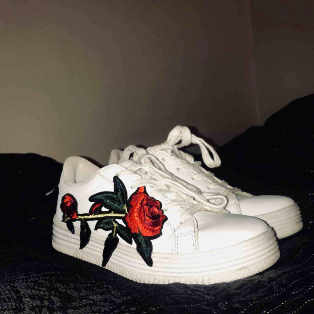 Vita sneakers med en ros storlek 37,5, sparsamt använda!!. Skor.