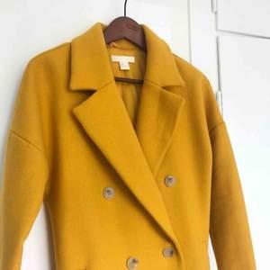 Otroligt fin kappa från HM med markant krage och vackra knappar. Fint skick!