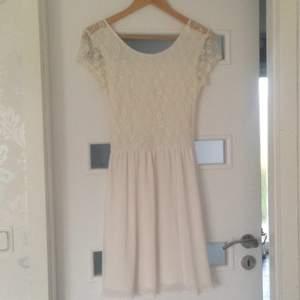 En jättefin och söt vit klänning perfekt till studenten eller skolavslutning. Använd endast en gång på just skolavslutning. Den är urringad bak och lappen är bortklippt då den syntes för mycket  kan skickas mot fraktkostnaden