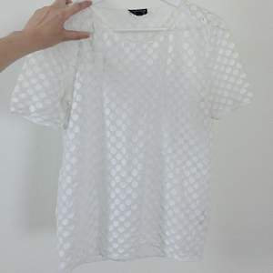Transparent/prickig T-shirt från topshop. Fint fall ej figursydd.