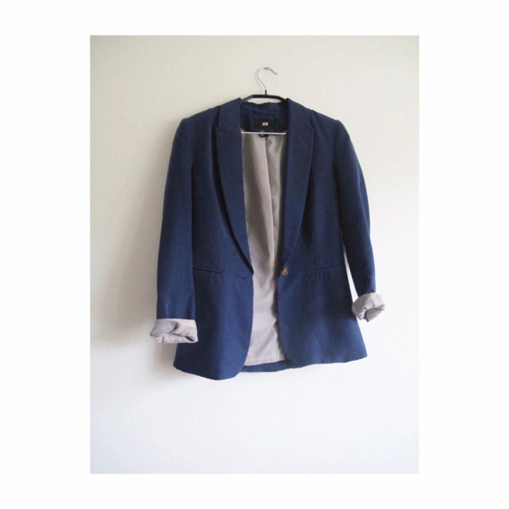 Marinblå kavaj från H&M i storlek 34. Knappt använd! Frakt 65kr✨. Kostymer.