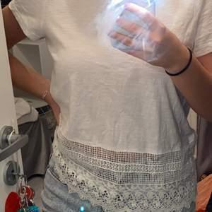 En vit tröja med spets löngst ner, den är ifrån Vero Moda och är i storlek S.